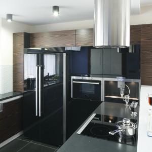 Umieszczone w wysokiej zabudowie sprzęty AGD w kolorze czarnym podkreślają elegancki styl całej kuchni. Fot. Bartosz Jarosz.