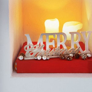 """Ozdoba """"Merry Christmas sign"""" wpisuje się w modne dodatki do domu, jakimi są drewniane stojące napisy. W połączeniu ze świecami i bombkami stanie się świetną bożonarodzeniową aranżacją. Fot. House&More."""