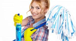 Detergenty, gąbki oraz ściereczki. Warto przechowywać je w specjalnie przeznaczonej szafce lub szufladzie, najlepiej wyposażonej w praktyczne akcesoria meblowe. Dzięki temu będą zawsze na swoim miejscu.