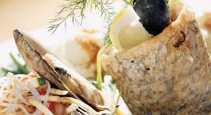 Danie rybne podawane z sosem holenderskim i makaronem ryżowym.