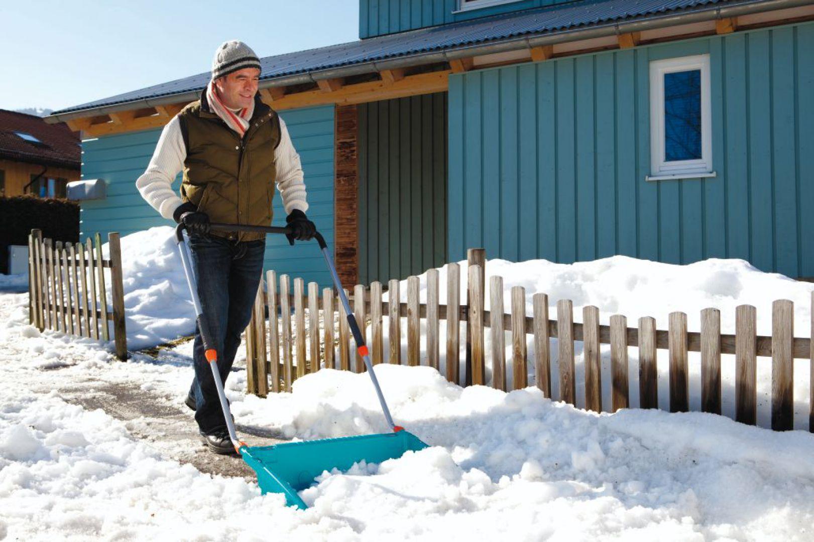 Szufla do śniegu o szerokości 70 cm umożliwia odśnieżanie dużej ilości śniegu za jednym razem. Trzystopniowy, teleskopowy trzonek gwarantuje możliwość indywidualnego dopasowania do wzrostu użytkownika. Fot. Gardena.