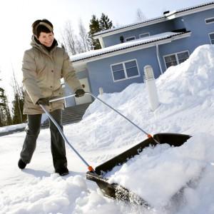 Składany pług śnieżny umożliwia łatwe odśnieżanie podjazdu lub chodnika. Dodatkową zaletą pługu jest jego kompaktowość, bez problemu możemy schować go w małym schowku. Fot. Fiskars.