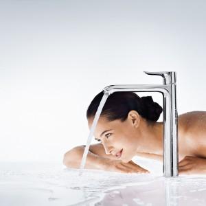 Firma Hansgrohe poleca baterie z kolekcji Metris. Różne wysokości w każdej wersji oferuje tzw. ComfortZone, czyli wysokość do wylewki, która umożliwia wygodnie umyć ręce, napełnić naczynie wodą czy umyć włosy. Fot. Hansgrohe.