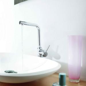 Lekka, smukła, dynamiczna bateria umywalkowa Atrio firmy Grohe z bocznym sterowaniem. Fot. Grohe.