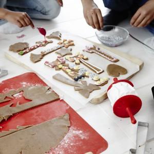 Foremki do pieczenia Vinterkul wykonane ze stali nierdzewnej. Podłużny kształt foremek sprawia, że gotowe ciastka można serwować pionowo w wysokich naczyniach. W zestawie znajdziemy pięć elementów. 9,99 zł, IKEA. Fot. IKEA.