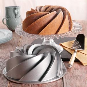 Forma do pieczenia ciasta Nordic Ware. Dzięki niej babka będzie nie tylko smakowita, ale także zaprezentuje się bardzo elegancko. Fot. Bonami.