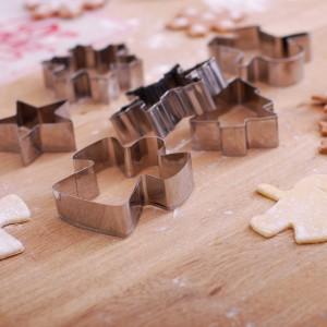 Świąteczne foremki pomogą w przygotowaniu smacznych ciasteczek. Fot. Empik.