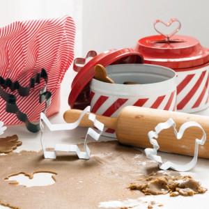Foremki do ciastek. W zestawienie znajdziemy trzy foremki do ciastek z lakierowanego metalu w różnych kształtach. Długość ok. 10 cm. 14,90 zł, F&M Home. Fot. H&M Home.
