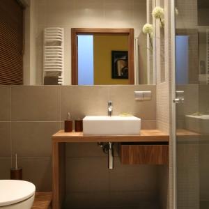 Aranżacja wnętrza wyróżnia się prostą formą i minimalistycznym style, jednak jest  zarazem elegancka i spokojna. Fot. Bartosz Jarosz.