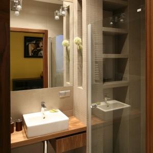 Półki oraz wnęki ścienne wykończone mozaiką znajdują się zarówno w strefie prysznica jak i umywalki. We wnęce prysznicowej pełnią rolę półek na kosmetyki, przy umywalce wnęka ma zadanie stricte dekoracyjne. Fot. Bartosz Jarosz.