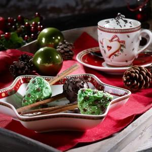 Naczynia z kolekcji Winter Bakery Delight. Porcelanę ozdobiono  zimowymi motywami oraz rysunkami świątecznych słodkości. Fot. Villeroy&Boch.
