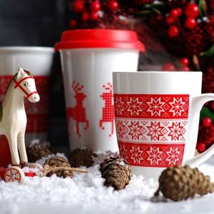 Ceramiczne kubki z kolekcji Christmas Legend ozdobione biało-czerwonym, zimowym wzorem. Fot. Empik.