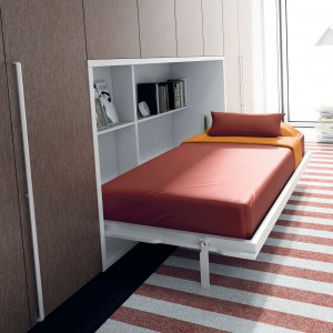 Łóżko Singular po rozłożeniu ma zestaw praktycznych półek na książki czy budzik. Fot. Ros.