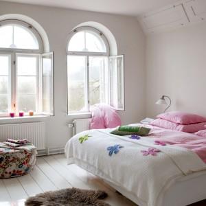 Sypialnia gospodarzy jest nieco bardziej wyciszona kolorystycznie. Główną rolę odgrywają w niej delikatne pastele. Więcej barw wnoszą do tego spokojnego wnętrza wzorzyste pufy.Fot. Polly Eltes/Narratives.