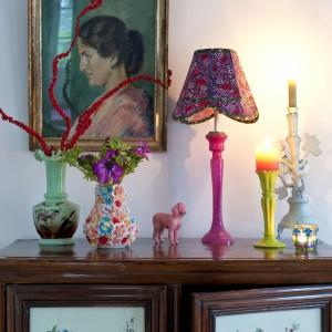 Niebanalne dekoracje domu to pokłosie licznych podróży Charlotte i jej męża, którzy z każdej wędrówki przywożą drobiazgi zdobiące wnętrza. Tym co je łączy jest kolor, prawdziwa fascynacja pani domu. Fot. Polly Eltes/Narratives.