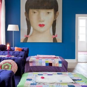 Zjawiskowy portret dziewczyny wiszący w salonie również został kupiony w Tajlandii. To właśnie stamtąd Charlotte czerpie mnóstwo inspiracji do swoich projektów. Fot. Polly Eltes/Narratives.
