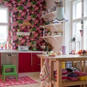 Charlotte postawiła na czerwone fronty szafek i drewnianą zabudowę kuchenną. Nieco rustykalny charakter nadają wnętrzu także chodniki Rice i kolorowe dodatki tej marki. Fot. Polly Eltes/Narratives.