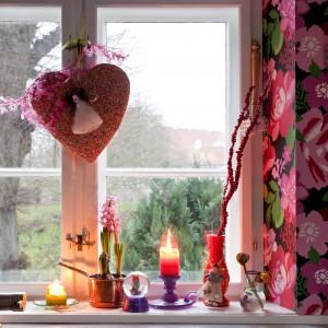 W oknach zawisły zabawne dekoracje. Fot. Polly Eltes/Narratives.