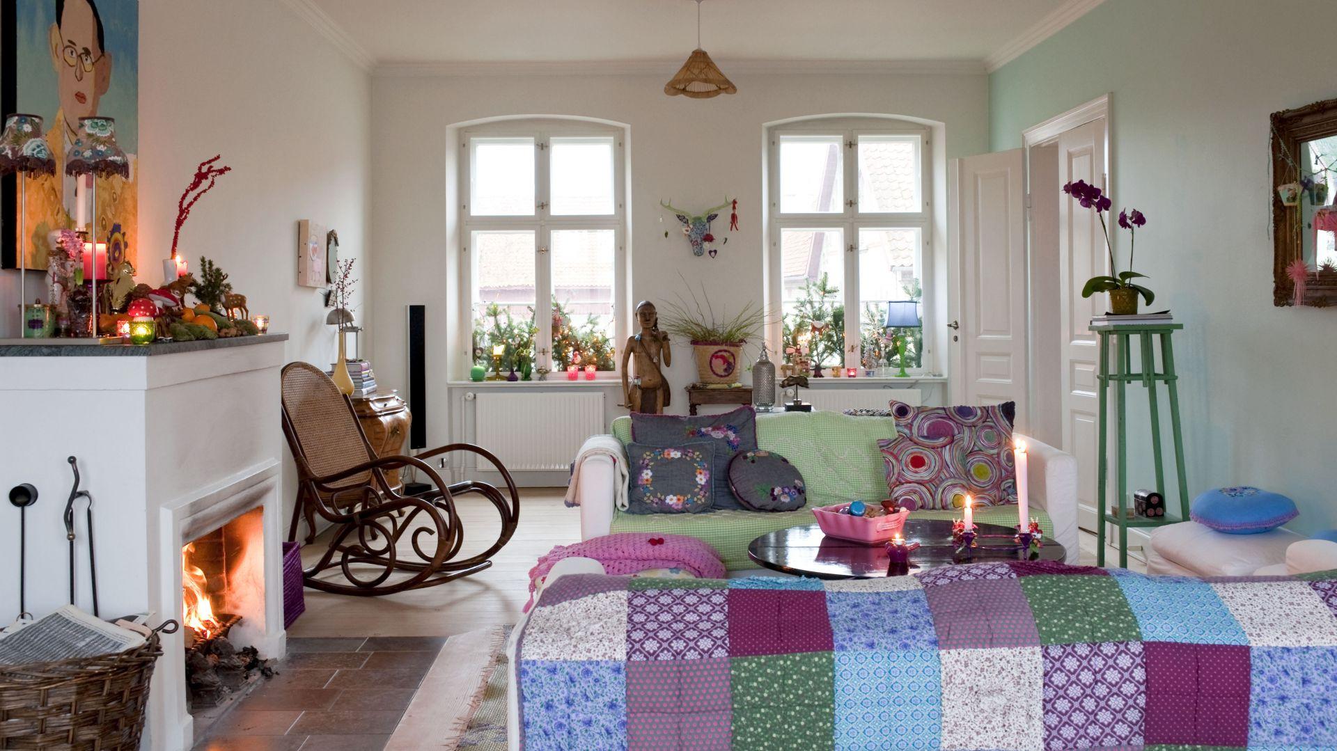 Meble w salonie ustrojone zostały w patchworkowe koce i szydełkowe narzuty. Dzięki nim pokój nabrał ciepłego i przytulnego charakteru. Orientalne dodatki świetnie się komponują z kolorowymi drobiazgami od Rice. Fot. Polly Eltes/Narratives.