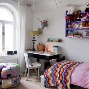 Przytulny wystrój pokoju dziewczynki uzupełniają liczne dodatki pobudzające wyobraźnię dziecka. Fot. Polly Eltes/Narratives.