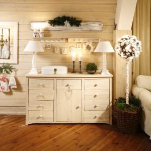 Sosnowe deski na ścianach tworzą tło dla bielonych mebli i białych tkanin. Fot. Bartosz Jarosz.