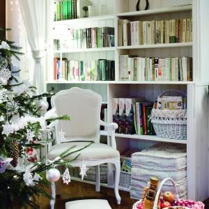 Drewniana biblioteczka to ostatnie dzieło i duma pani domu. Stylizowana na francuski mebel gabinetowy, mieści księgozbiór Joanny i Pawła, dla których ulubione książki to prawdziwi przyjaciele. Fot. Bartosz Jarosz.