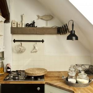 Skosy w kuchni uniemożliwiły powieszenie górnych szafek. Zaplanowano więc szczegółowo wykorzystanie miejsca w dolnych partiach.
