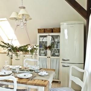 Salon, połączony z aneksem kuchennym tworzy harmonijną przestrzeń. Kuchenne umeblowanie i sprzęt AGD zachowany w stylistyce retro, to zamierzony wybór gospodarzy.