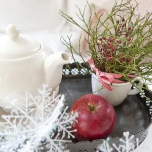 Taca z białymi śnieżynkami to doskonały pomysł na świąteczne śniadanie.