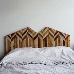 Drewniany, mocowany na ścianie zagłówek to pomysł na szybką metamorfozę sypialni. Przyjemne drewno ociepli każde wnętrze. Fot. Ariele Alasko.