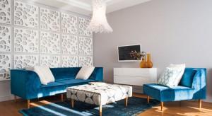Ściany w salonie nie muszą być nudne. Jak jej ozdobić? Z pomocą przyjdą kolorowe farby, tapety i fototapety oraz panele 3D.