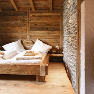 Drewniane podłogi, ściany i sufit tworzy przyjemną, prywatną przestrzeń. Fot. La Posch Chalet Resort.