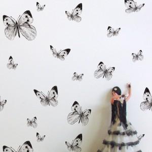 Tapeta Butterfly Valley może być ciekawą dekoracją nowoczesnych wnętrz. Czarno-biała kolorystyka znakomicie uzupełni minimalistyczną aranżację. Fot. In-Spaces.
