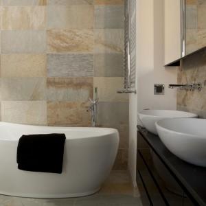 Beże i szarości nadają przytulny klimat tej eleganckiej łazience. Na ścianach ułożono modne płytki kamienne Kimar Pro Art – nawiązujące to pięknego świata natury. Projekt: Magdalena Smyk. Fot. Green Conoe.