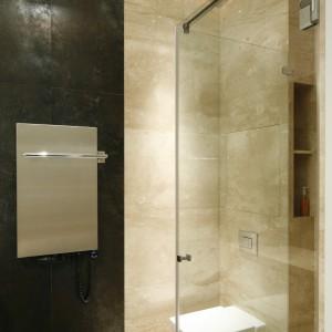 Strefa sanitarna sąsiaduje bezpośrednio z prysznicem. W obudowie stelaża podtynkowego zaplanowano niewielką wnęka z płytkami, do której dostęp jest od strony prysznica. Projekt: Izabela Mildner. Fot. Bartosz Jarosz.