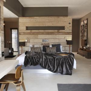 Drewniane deski o różnej grubości tworzą ciekawą, przestrzenną kompozycję. Fot. The Olive Exclusive Hotel.