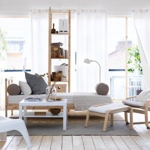 Meble z oferty marki IKEA pozwolą stworzyć gustowną i przytulną przestrzeń salonu utrzymaną w modnej bieli ocieplonej drewnem. Fot. IKEA.