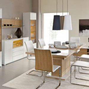 Przeznaczone do salonu i jadalni meble z kolekcji Bianco marki Paged wyróżnia efektowne połączenie naturalnego dębowego forniru z połyskliwą bielą. Fot. Paged.