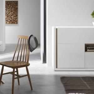 Komoda QU idealnie sprawdzi się w nowoczesnym salonie lub pokoju urządzonym w stylu skandynawskim. Do kompletu można zamówić u nas również inne meble o tej samej stylistyce np. szafkę RTV. Fot. Le Pukka.