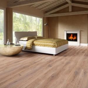 Drewniana podłoga oraz sufit w połączeniu z neutralnymi kolorami ścian tworzą przytulne wnętrze. Fot. Baltic Wood.