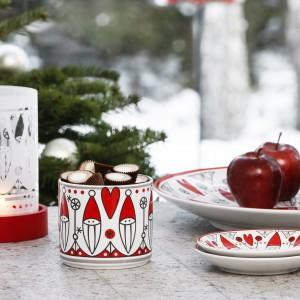 Ceramiczny pojemnik z plastikową pokrywką przyda się na świąteczne łakocie. Biało-czerwony wzór z wizerunkiem Świętego Mikołaja pięknie się prezentuje. W kolekcji dostępne są także m.in. talerze oraz misy. Fot. Sagaform