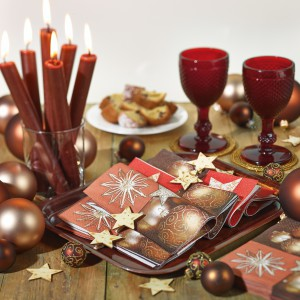 Proste, czerwone świeczki dodadzą blasku miłym chwilom spędzonym z rodziną przy stole. Fot. Paper+Design.