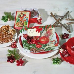 Zielone gałązki ułożone na stole znakomicie komponują się z czerwonymi i białymi detalami, a zarazem podkreślają bożonarodzeniowy charakter aranżacji. Fot. Paper+Design.