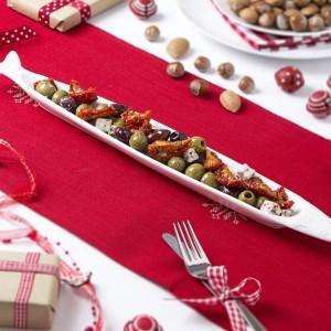 Czerwony bieżnik na białym obrusie stworzy znakomite tło dla świątecznych potraw. Fot. The Contemporary Home.