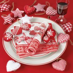 Girlandy z czerwono-białych serduszek czy gwiazdek to szybki sposób, aby nadać aranżacji stołu odświętny wygląd. Fot. Paper+Design.