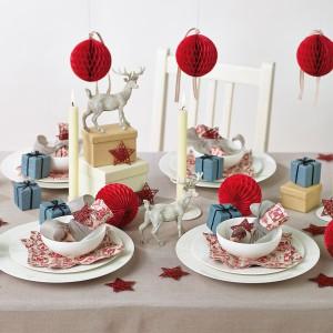Już niewielka ilość czerwonego koloru, w postaci serwetek czy ozdób choinkowych, ożywi aranżację stołu. Fot. Dotcomgiftshop.