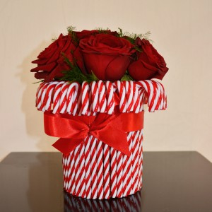 Z cukierkowych, biało-czerwonych pozawijanych lasek można stworzyć ciekawą dekorację. Wystarczy obłożyć wazon cukierkami i związać je czerwoną wstążką. Fot. Emily&Me.