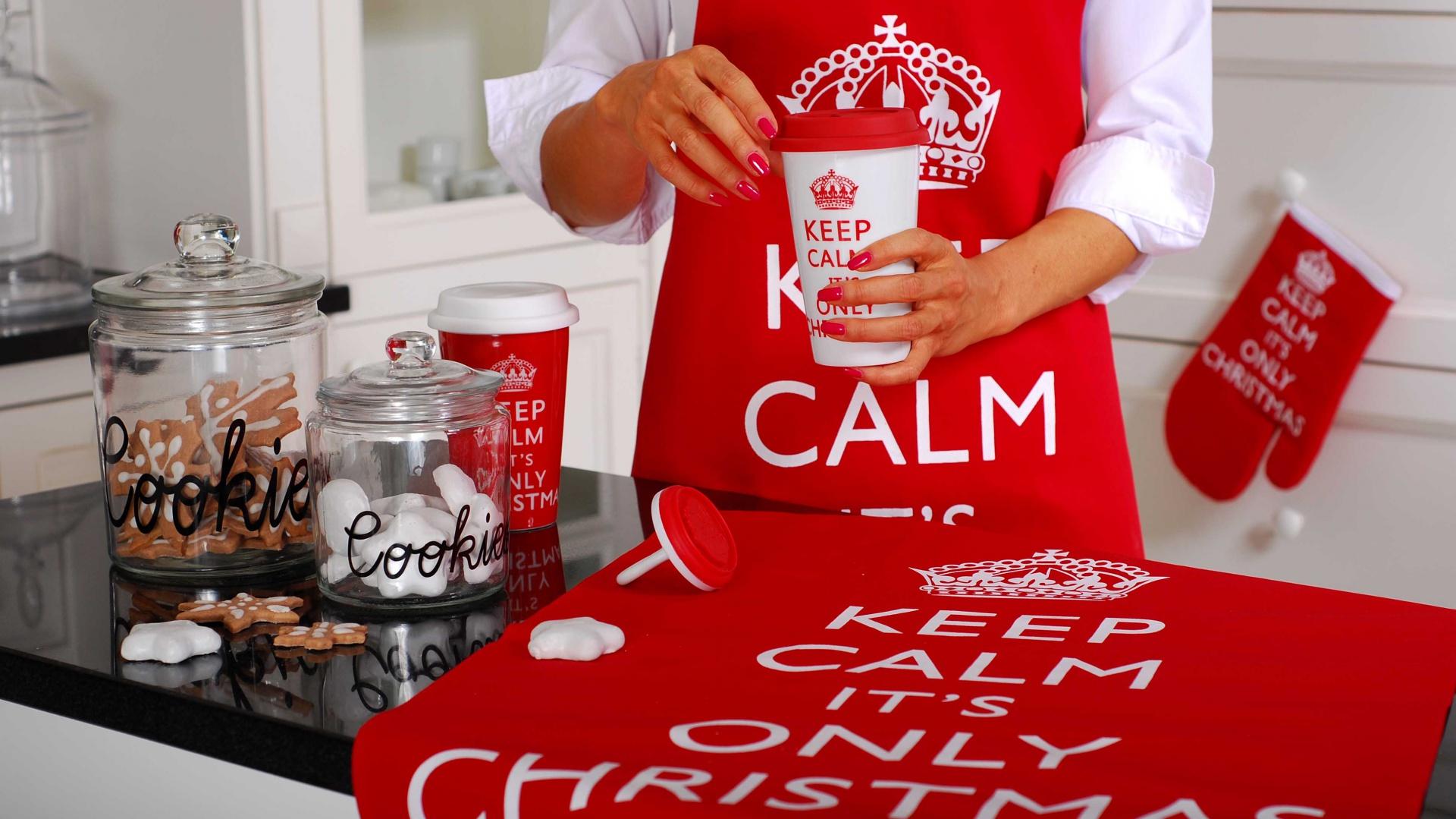 Biało-czerwone tekstylia z kolekcji Święta od kuchni dedykowane wszystkim, którzy z dystansem podchodzą do gorączki świątecznych przygotowań. Dostępne w Empiku. Fot. Empik.
