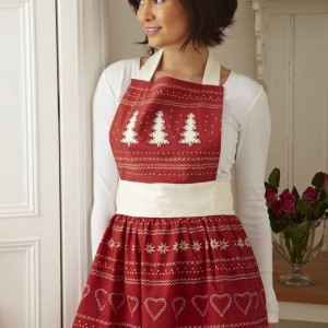 Stylowy fartuch kuchenny ze świątecznym nadrukiem wykonany w 100% z bawełny. Zabezpieczy nasze ubranie i sprawi, że mimo świątecznej krzątaniny poczujemy się wyjątkowo. Fot. Ulster Weavers.