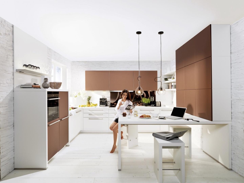 Piękna nowoczesna kuchnia, w której biel łączy się z satynowymi brązami. Matowe fronty kuchenne wyglądają szczególnie efektownie na wysokiej pod sam sufit zabudowie. Fot. Nolte Kuechen, kolekcja Star.